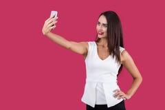 Dame in der weißen Spitze, die ein selfie macht Lizenzfreie Stockfotos