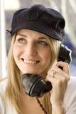Dame, die am alten Telefon spricht Lizenzfreie Stockfotos