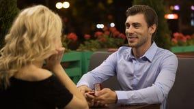 Dame, die Antrag annimmt, um geliebten Mann, romantisches Datum, wichtige Entscheidung zu heiraten stock video footage