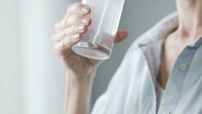 Dame, die aspirin-Tablette in Glas Wasser, trinkende Schmerzmittelmedizin setzt stock video