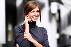 Dame, die auf Handy spricht Lizenzfreie Stockbilder