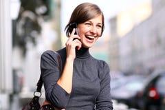 Dame, die auf Handy spricht Stockfotografie