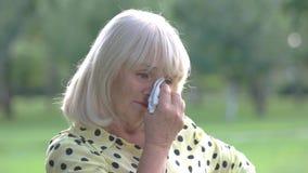 Dame, die Augen mit Taschentuch abwischt stock video footage