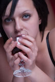 Dame die bij bed een glas rode wijn houden royalty-vrije stock afbeeldingen