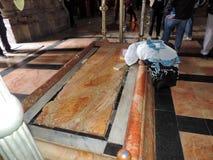 Dame die bij de Steen van het Insmeren bij Kerk van het Heilige Grafgewelf bidden, Jeruzalem Stock Afbeeldingen