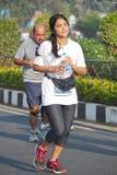 Dame die bij Hyderabad 10K Looppasgebeurtenis lopen, India Stock Foto
