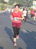 Dame die bij Hyderabad 10K Looppasgebeurtenis lopen, India Stock Fotografie