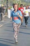 Dame die bij Hyderabad 10K Looppasgebeurtenis lopen, India Stock Afbeelding