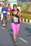 Dame die bij Hyderabad 10K Looppasgebeurtenis lopen, India Stock Foto's