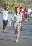 Dame die bij Hyderabad 10K Looppasgebeurtenis lopen, India Royalty-vrije Stock Fotografie