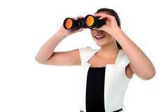 Dame, die durch das binokulare schaut stockfoto