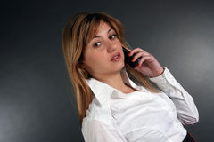 Dame, die durch Telefon spricht Stockbild