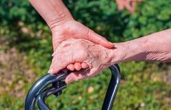 Dame die een helpende hand geven aan een bejaarde stock foto