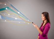 Dame die een telefoon met kleurrijke abstracte lijnen houden Royalty-vrije Stock Afbeeldingen