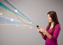 dame die een telefoon met kleurrijke lijnen houden Royalty-vrije Stock Foto's