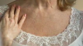 Dame, die Effekt von Hautpflegeantialternkosmetik, Wunsch, schön zu sein betrachtet stock video