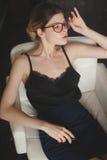 Dame, die in einer schönen Position sitzt lizenzfreie stockfotos