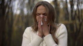 Dame die en haar neus blazen in servet, seizoengebonden allergieën, epidemie niezen stock video
