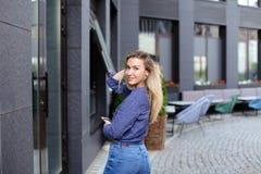 Dame die en smartphone in stad lopen houden Royalty-vrije Stock Foto