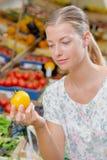 Dame die gele tomaat houden stock foto's