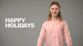 Dame die gelukkige vakantie in gebarentaal, tekst op achtergrond, mededeling zeggen stock video