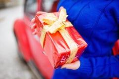 Dame, die Geschenkbox in der Handnahaufnahme hält Feiertags-Geist lizenzfreie stockbilder