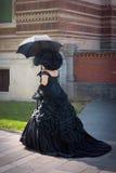 Dame die glanzende zwarte victorian dragen Royalty-vrije Stock Afbeeldingen