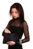 Dame die in haar handtas kijkt Stock Afbeeldingen