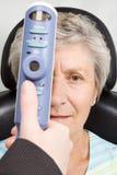 Dame die het onderzoek van de oogtest heeft Royalty-vrije Stock Foto's