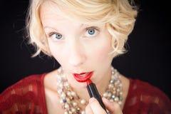 Dame die lippenstift zetten (als voor een spiegel) Royalty-vrije Stock Afbeeldingen