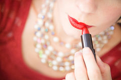 Dame die lippenstift zetten - close-up Royalty-vrije Stock Fotografie