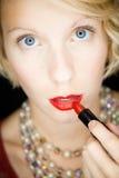 Dame die met verbazende ogen lippenstift zetten (als voor een spiegel) Royalty-vrije Stock Afbeelding