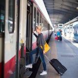 Dame, die mit dem Zug reist Lizenzfreie Stockbilder