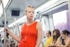 Dame, die mit der Metro reist Stockfotografie
