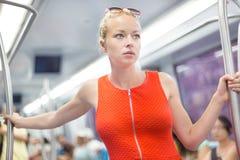 Dame, die mit der Metro reist Stockfoto
