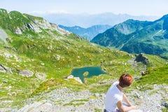 Dame die op de bergtop rusten, expansief panorama stock afbeelding