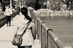 Dame die op de brug van het massachussetsave lopen Stock Foto's