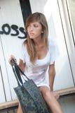 Dame die op oude bushalte wachten Stock Fotografie
