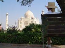 Dame die op Taj Mahal, Agra letten Royalty-vrije Stock Afbeeldingen