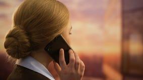 Dame die op telefoon het bewonderen zonsondergang, concept spreken gunstige cellulaire tarieven stock footage