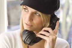 Dame die op telefoon spreekt Stock Fotografie