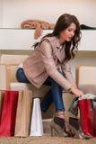 Dame die op verscheidene paren nieuwe schoenen in de opslag proberen Royalty-vrije Stock Foto's