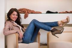 Dame die op verscheidene paren schoenen in opslag proberen Royalty-vrije Stock Foto's