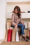 Dame die op verscheidene paren schoenen in opslag proberen Royalty-vrije Stock Afbeeldingen