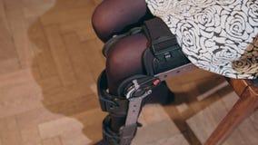 Dame die steunende beensteun verwijderen stock foto's