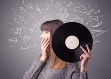 Dame die vinylverslag houden stock afbeeldingen