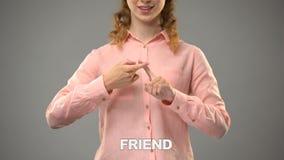 Dame die vriend in asl, tekst op achtergrond, mededeling voor doof, les ondertekenen stock video