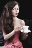 Dame drinkig Tee, nimmt sie eine Tasse Tee Lizenzfreie Stockfotografie
