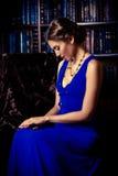 Dame in een bibliotheek Stock Foto's