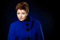 Dame in een blauwe overjas Royalty-vrije Stock Foto